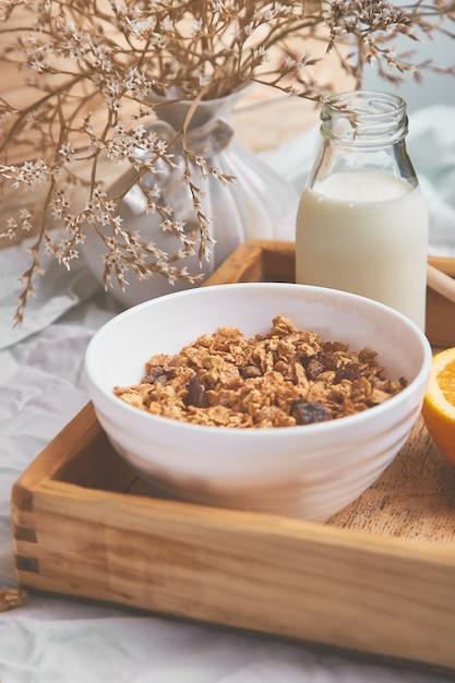 Bom dia. café da manhã em lençóis brancos. Foto Premium