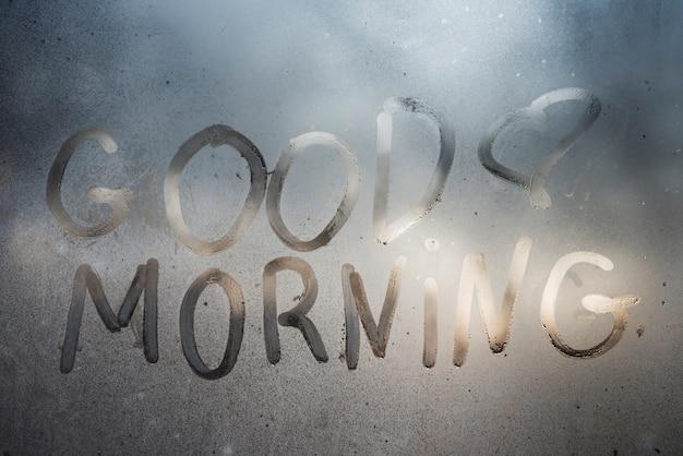 Bom dia inscrição na janela suada Foto gratuita