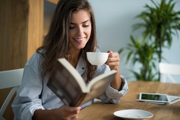Bom livro e xícara de café da manhã Foto gratuita