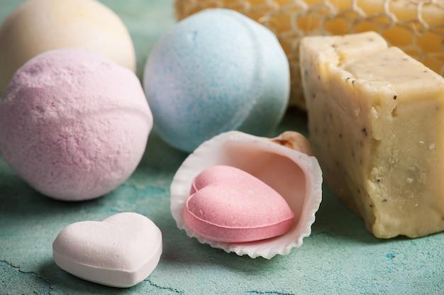 Bombas de banho em forma de coração rosa Foto Premium