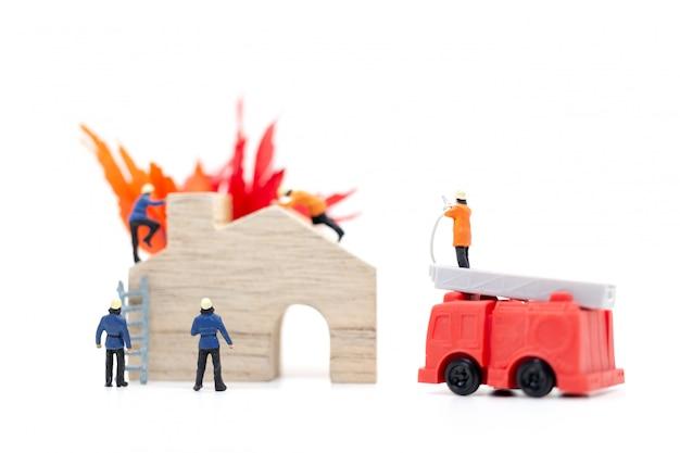Bombeiros com pistolas de água estão cuidando de uma emergência de incêndio Foto Premium
