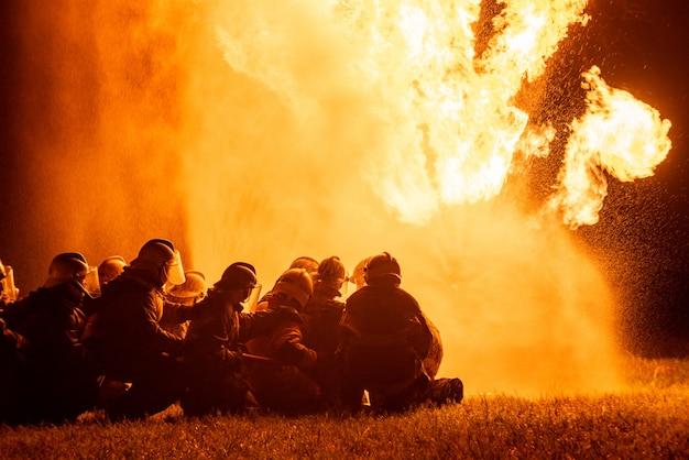Bombeiros e treinamento de resgate. Foto Premium