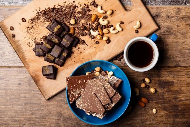 Bombons de chocolate café e nozes na madeira Foto gratuita