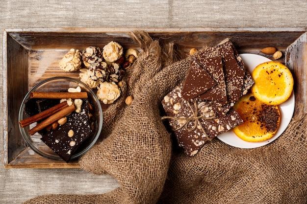 Bombons de chocolate canela laranja e nozes de saco Foto gratuita