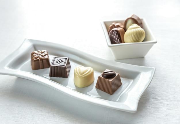 Bombons de chocolate de diferentes formas Foto Premium