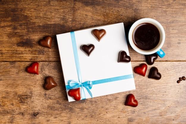 Bombons de chocolate e café na madeira Foto gratuita