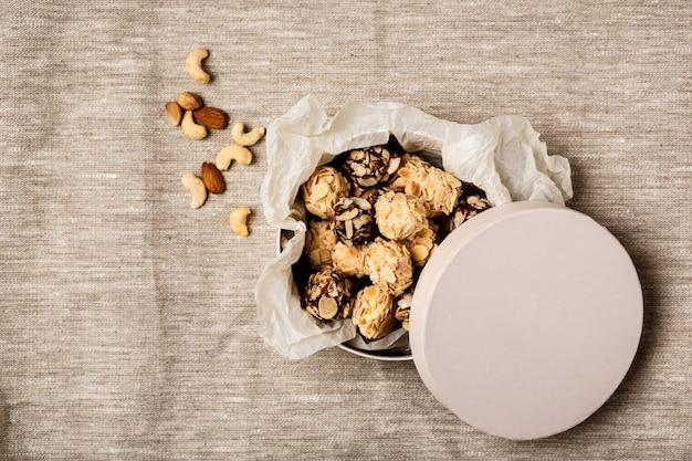 Bombons de chocolate e nozes de saco Foto gratuita
