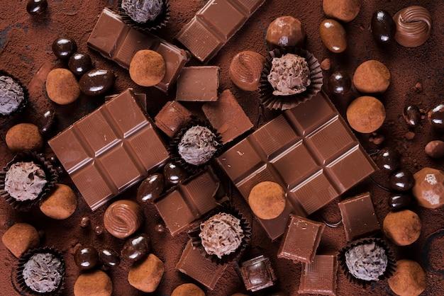 Bombons e barras de chocolate plana Foto gratuita