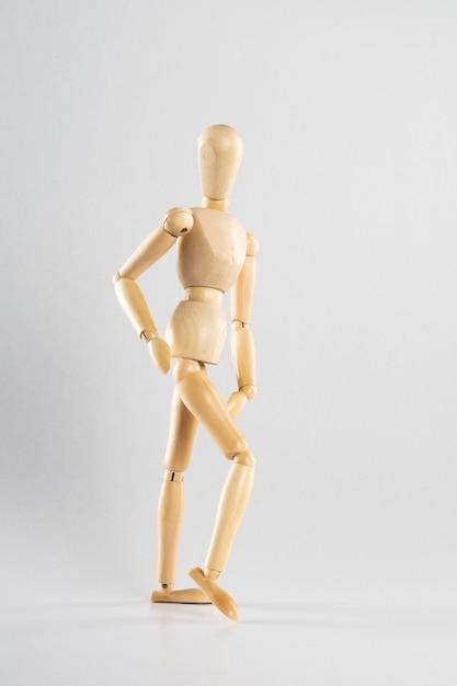 Boneca de madeira posou como caminhar Foto gratuita