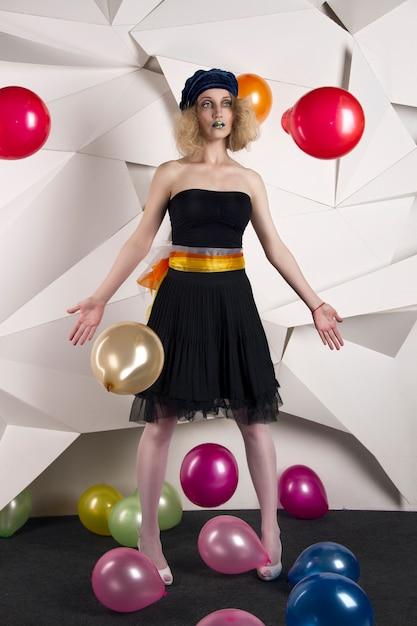 Boneca de mulher com balões multicoloridos aniversário Foto Premium
