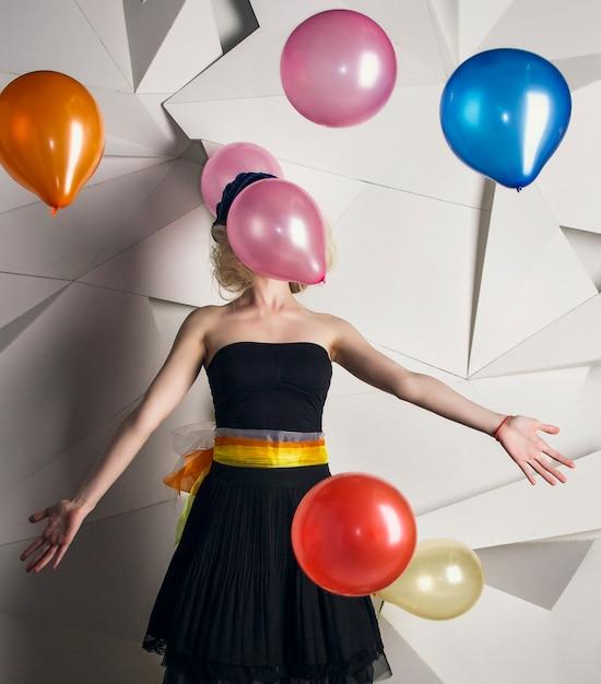 Boneca de mulher com balões multicoloridos Foto Premium