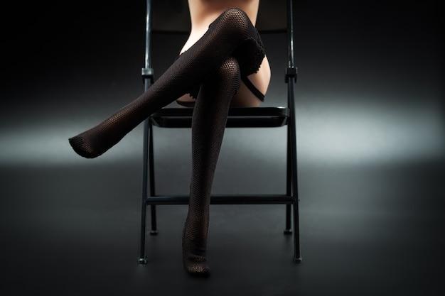 Boneca de silicone sexy fêmea em lingerie de renda preta e meias Foto Premium