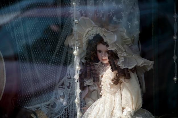 Boneca em uma janela no centro histórico distrito de branson, missouri Foto Premium