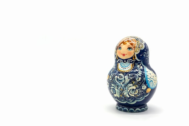 Bonecas de matryoshka isoladas em um fundo branco. lembrança de boneca de madeira russa. Foto Premium