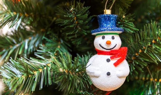 Boneco de neve em uma árvore Foto Premium