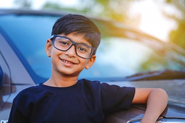 Bonita criança indiana com carro Foto Premium