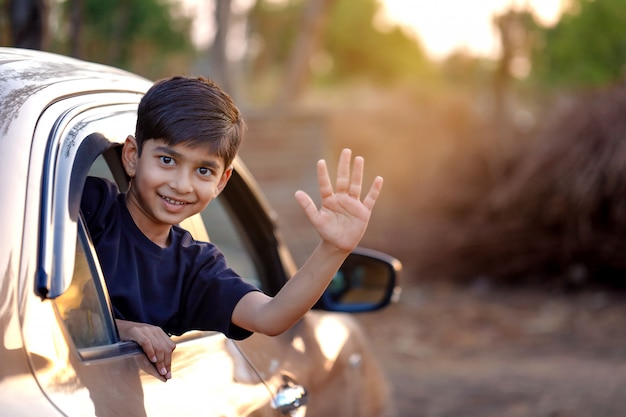 Bonita criança indiana no carro Foto Premium