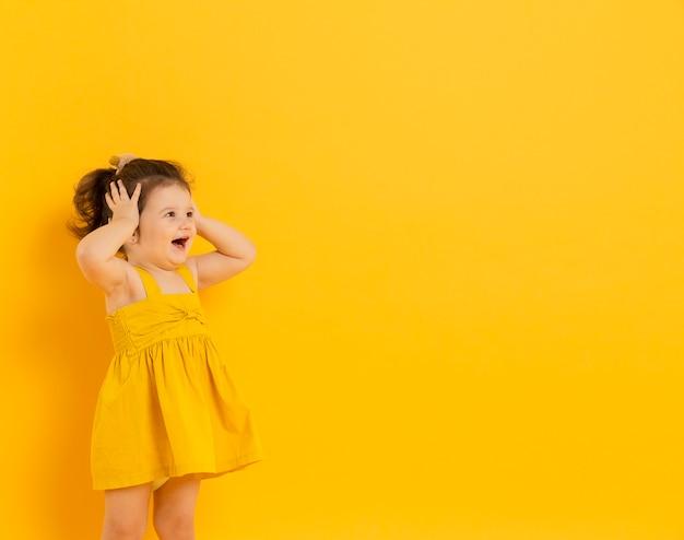 Bonita criança posando com espaço de cópia Foto Premium