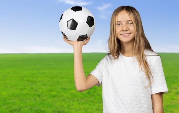 Bonita criança sonha em se tornar um jogador de futebol. Foto Premium