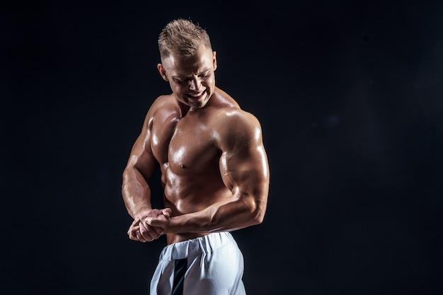 Bonita fisiculturista forte posando em Foto Premium