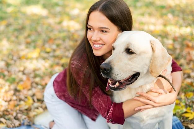 Bonita mulher apaixonada por seu cachorro Foto gratuita