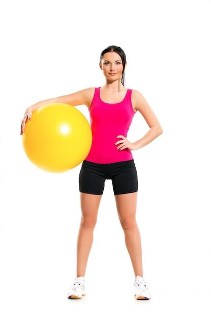 Bonita mulher morena durante exercícios de fitness Foto gratuita