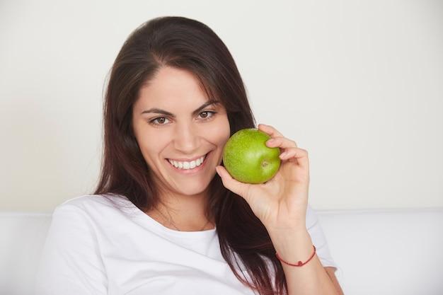 Bonita mulher segurando a maçã verde Foto Premium