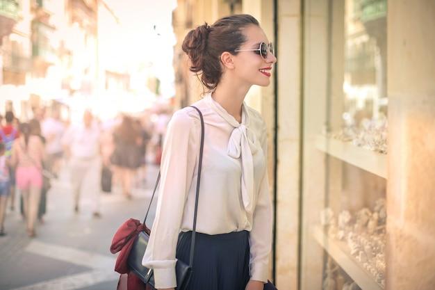 Bonita mulher windowshopping Foto Premium