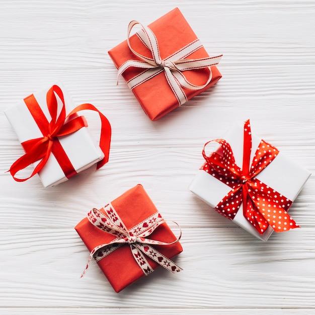Bonitas caixas de presente no fundo branco Foto gratuita
