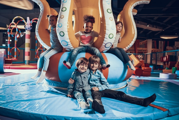 Bonitinho sorrindo crianças no moderno interior playground Foto Premium