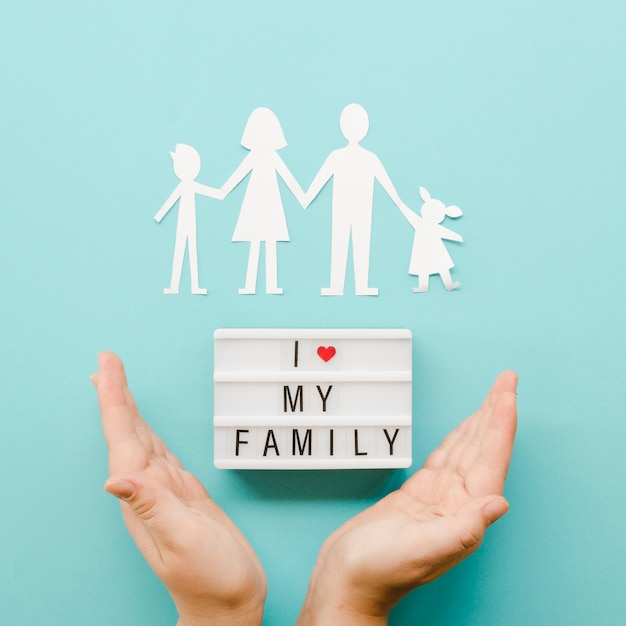 Bonito arranjo da família de papel em fundo azul Foto gratuita