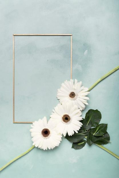 Bonito arranjo de flores frescas brancas e moldura vertical Foto gratuita