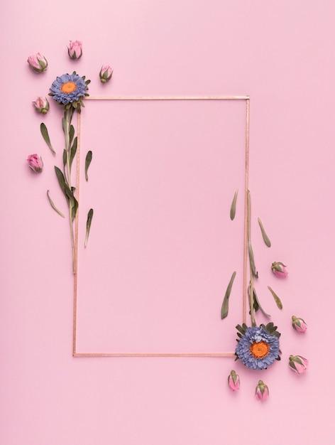Bonito arranjo de um quadro vertical com flores sobre fundo rosa Foto Premium