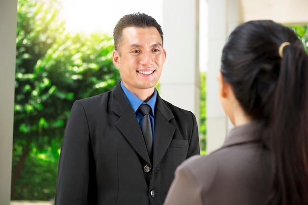 Bonito, asiático, homem negócios, discutir, sobre, plano negócio, para, seu, coworker Foto Premium