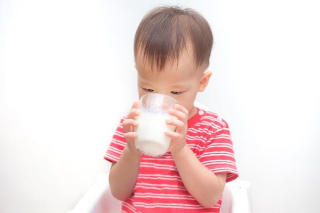 Bonito criança asiática menino criança beber leite de um copo Foto Premium