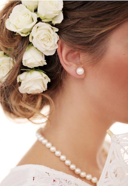 Bonito e jovem garota se preparar para o casamento Foto gratuita