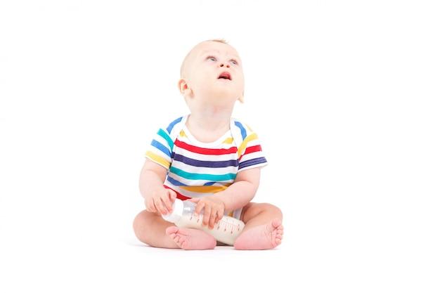 Bonito, feliz, menino, em, camisa colorida, com, leite Foto Premium