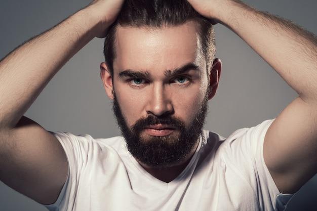 Bonito homem com barba Foto Premium