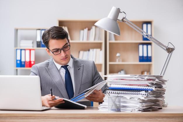 Bonito homem de negócios trabalhando no escritório Foto Premium