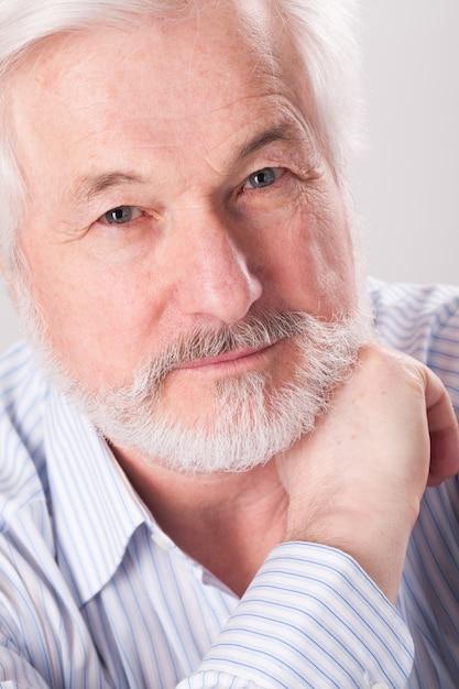 Bonito homem idoso com barba grisalha Foto gratuita