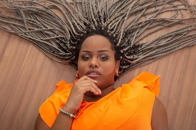 Bonito, jovem, mulher americana africana, com, pavor, cabelo, ligado, madeira Foto Premium