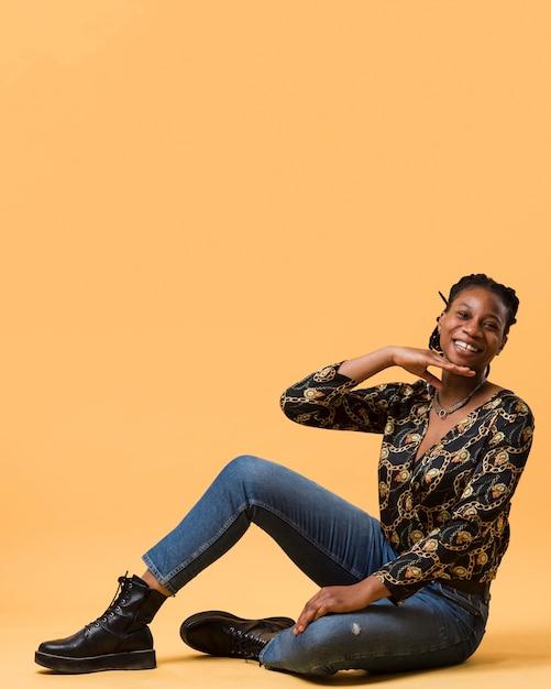 Bonito modelo afro-americano posando tiro completo Foto gratuita
