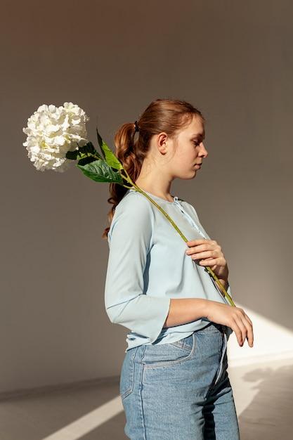 Bonito modelo posando com flor Foto gratuita