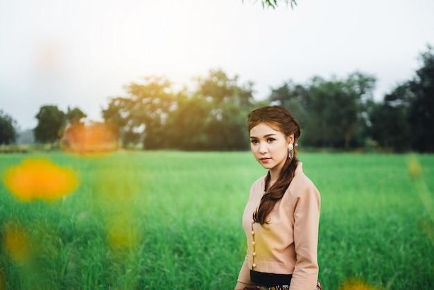 Bonito, mulher asian, em, local, vestido, ficar, e, apreciar, natural, ligado, ponte bambu, em, arroz, campo Foto Premium