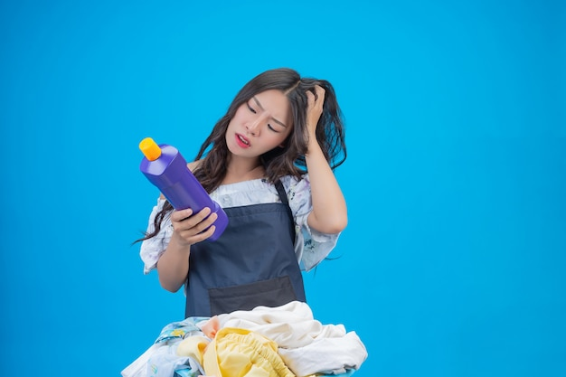 Bonito, mulher segura, detergente lavanderia, preparado, ligado, azul Foto gratuita