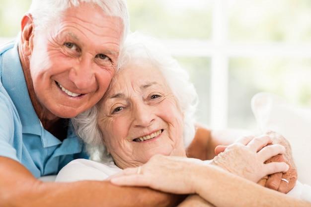 Bonito, par velho, abraçando, ligado, sofá Foto Premium