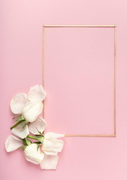 Bonito quadro minimalista e pétalas de rosa brancas Foto gratuita
