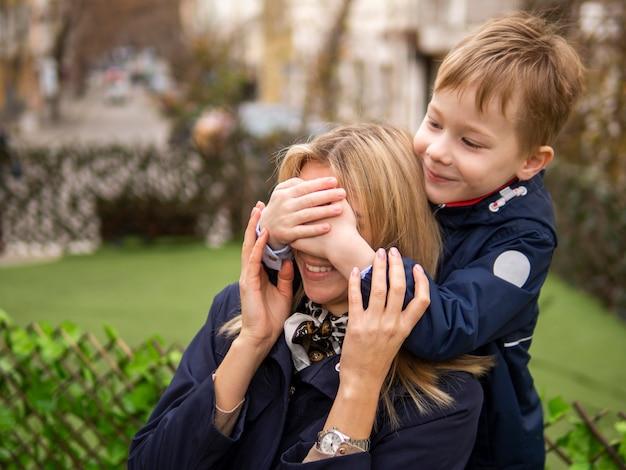 Bonito rapaz surpreendente sua mãe Foto gratuita