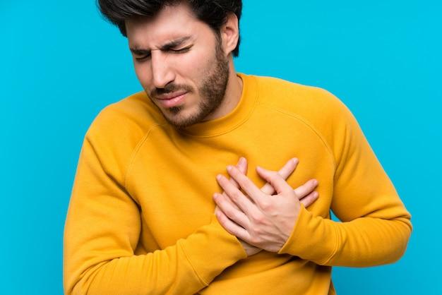 Bonito, sobre, isolado, parede azul, tendo, um, dor, coração Foto Premium