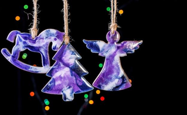 Bonitos brinquedos na árvore de natal feitos de resina epóxi. brinquedos feitos à mão. vista de cima. conteúdo de ano novo. Foto Premium
